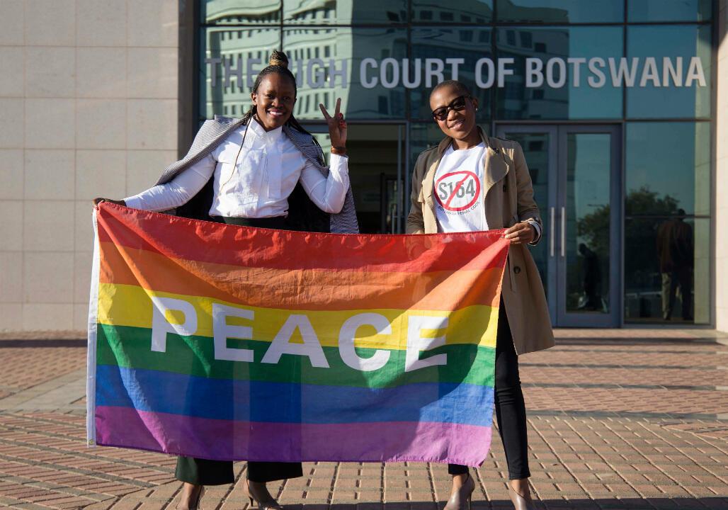 Deux activistes à la sortie de la Haute Cour du Botswana, le 11 juin 2019.