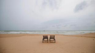 84/5000 Se observan sillas vacías para tomar el sol en una playa cerca de hoteles en una zona turística de Bentota, en Sri Lanka, el 2 de mayo de 2019.
