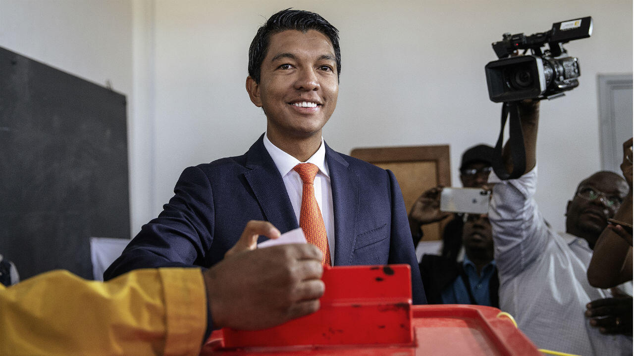 Andry Rajoelina, 44 ans, va remporter la présidentielle à Madagascar selon des décomptes partiels.
