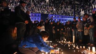 Des manifestants rendent hommage aux victimes à Marseille, le 7 janvier 2015.
