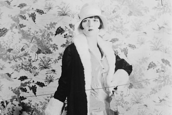 """L'actrice américaine Louise Brooks (1906-1985), symbole mondial de la mode dite de la """"garçonne""""."""