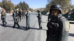 Les forces de sécurité afghanes sont rassemblées à l'extérieur de la chaîne de télévision attaquée mardi 7 novembre.