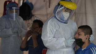 Trabajadores de la salud realizan testeos de coronavirus en Bogotá, el 13 de julio de 2020