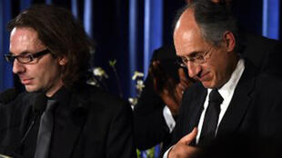 """Gėrard Biard (à droite), rédacteur en chef de """"Charlie Hebdo"""", et le critiqueJean-Baptiste Thoret, mardi, au dîner de gala de la PEN."""