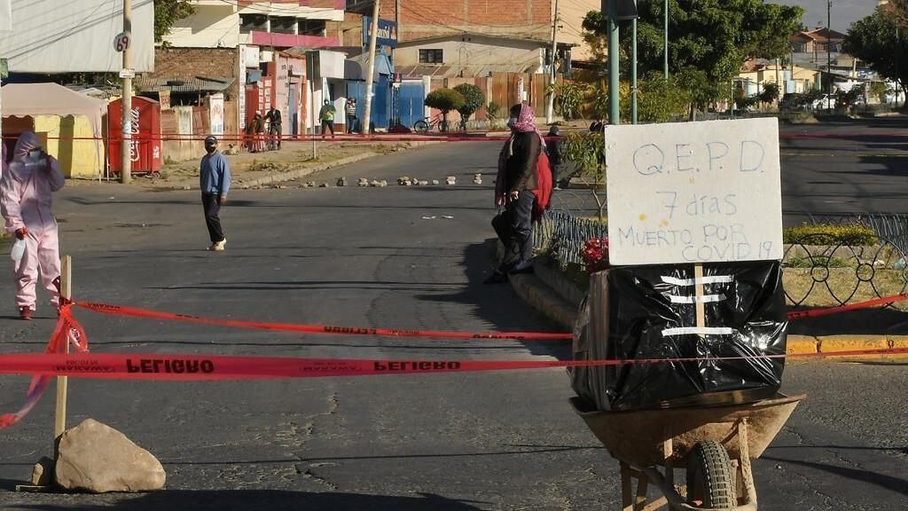Familiares de un fallecido dejaron su ataúd bloqueando calles en la ciudad de Cochabamba, Bolivia, para pedir un entierro digno el 4 de julio de 2020.