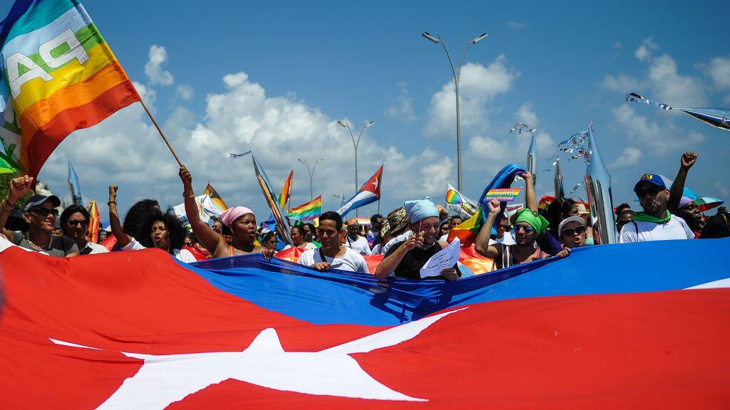 Miembros de la comunidad LGBTI en Cuba mientras participaban en el desfile contra la homofobia realizado el 14 de mayo de 2016 en La Habana.