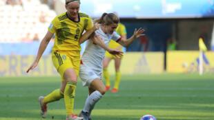 La défenseuse suédoise Nilla Fischer face à l'Angalise Karen Carney.