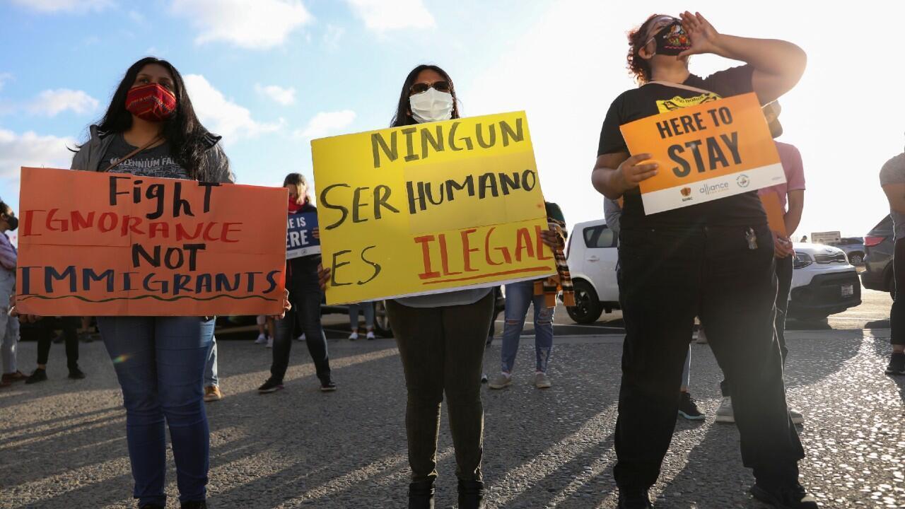 Varios manifestantes celebran la decisión del Tribunal Supremo de Estados Unidos que prohíbe ilegalizar el programa DACA. En San Diego, Estados Unidos, el 18 de junio de 2020.