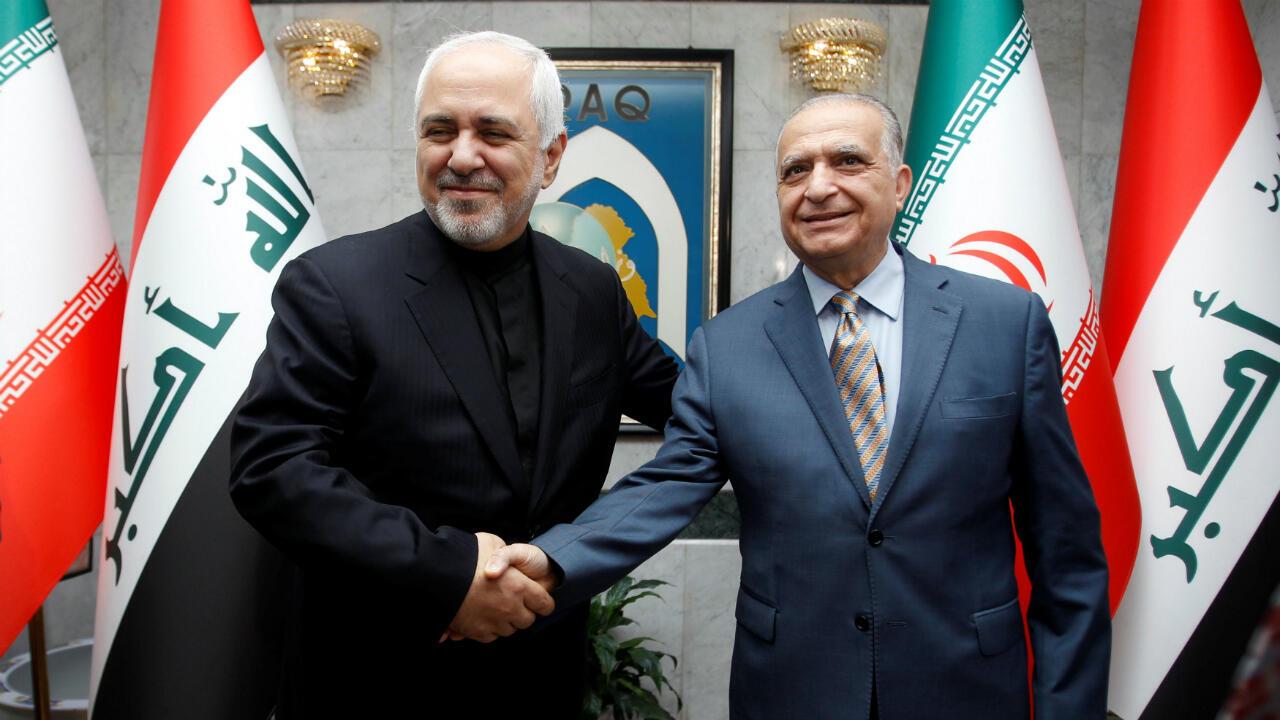 El ministro de Exteriores de Irán, Mohammad Javad Zarif, a la izquierda, saluda a Mohamed Ali Alhakim, en Bagtad, el 26 de mayo de 2019.