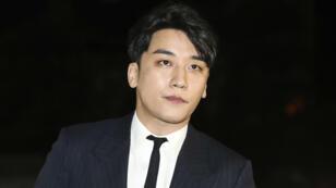 Lee Seung-hyun, más conocido como 'Seungri', renunció a la banda. Las autoridades lo investigan por presuntamente incitar a la prostitución. 27 de febrero de 2019.