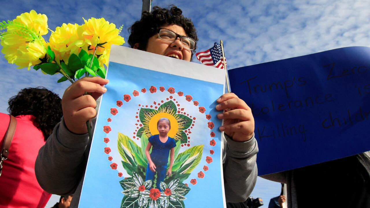 Una activista sostiene una foto de Jakelín Caal durante una protesta por las circunstancias de su muerte. El Paso, Estados Unidos, el 15 de diciembre de 2018.