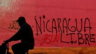 جدار مقر حزب الجبهة الوطنية الساندينية للتحرير الذي تعرض للنهب في ديريامبا على بعد 40 كلم عن العاصمة ماناغوا في 14 حزيران/يونيو 2014