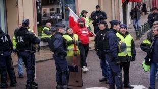 محتجو السترات الصفراء ينتظرون الرئيس الفرنسي إيمانويل ماكرون عقب لقائه مع رؤساء بلديات سون إي لوار، 7 فبراير/شباط 2019.