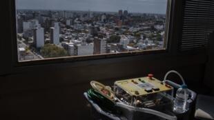 Uno de los prototipos de ventiladores que se están desarrollando de forma gratuita en Uruguay para enfrentar la pandemia en el Hospital Clínicas, de la Facultad de Medicina de la Universidad de la República en Montevideo el 22 de abril de 2020.