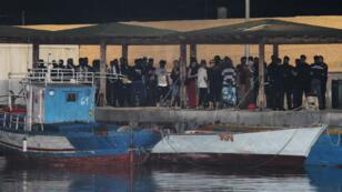 Archivo-migrantes se reúnen en el puerto de Lampedusa, Italia, después de que el gobierno italiano permitió el desembarco de 82 rescatados a bordo del barco humanitario Ocean Viking, el 14 de septiembre de 2019.