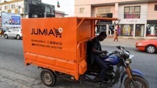 Un livreur consulte son téléphone à Abidjan le 13 juin 2019