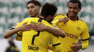 Le défenseur marocain de Dortmund, Achraf Hakimi (g), félicité par son coéquipier Jadon Sancho après son but lors de la réception de Wolfsburg, en Bundesliga, le 23 mai 2020