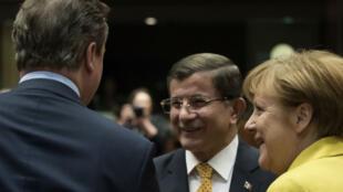 Le premier ministre turc Ahmet Davutoglu, la chancelière allemande Angela Merkel et leur homologue britannique David Cameron lors du sommet UE-Turquie à Bruxelles, le 18 mars 2016.