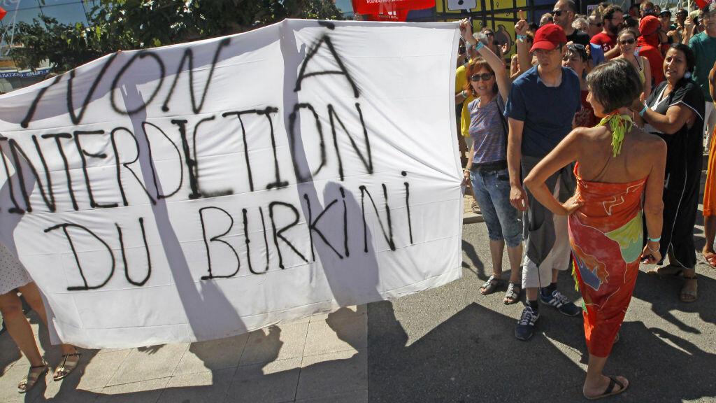 Manifestation du Nouveau Parti anticapitaliste (NPA) contre l'interdiction du burkini à Port-Leucate.