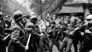 Manifestantes se enfrentan a la policía frente a la librería Joseph Gibert, en el Bulevar Saint Michel, el 6 de mayo de 1968 en París.