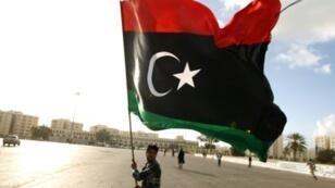 يرفع العلم الليبي في بنغازي في 27 شباط/فبراير 2015