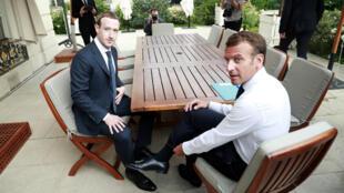 """Emmanuel Macron et Mark Zuckerberg à l'Élysée après le salon """"Tech for Good"""", le 23 mai 2018"""