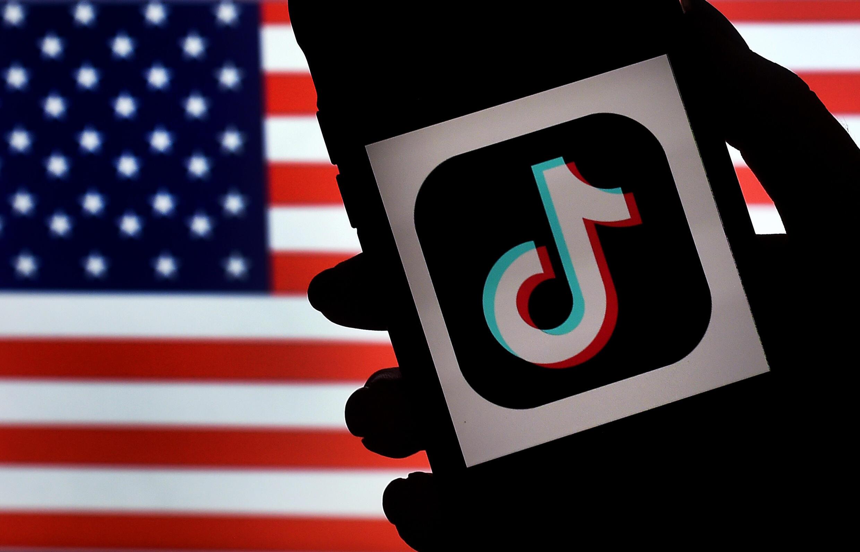 Le logo de l'application Tiktok devant un drapeau américain, le 3 août 2020 à Arlington en Virginie
