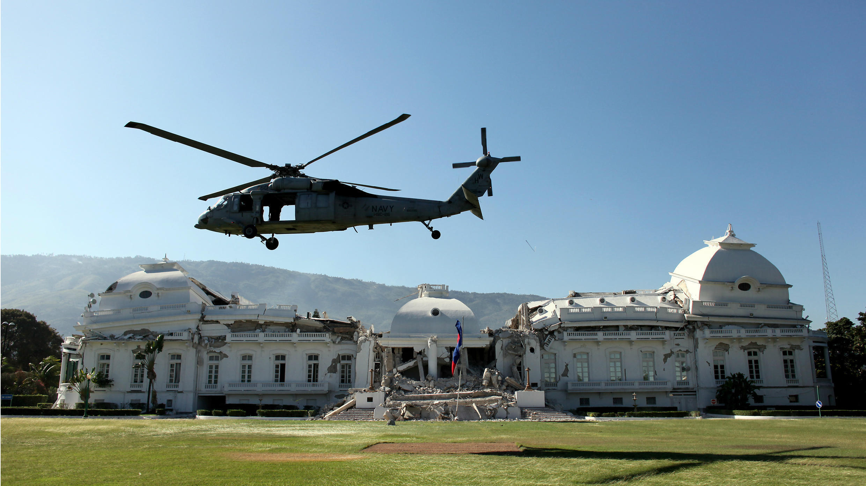 Un helicóptero de la US Navy despega del patio del destruido Palacio Presidencial de Haití para trasladar a heridos a un hospital militar en el centro de Puerto Príncipe, luego del devastador terremoto, el 21 de enero de 2010.