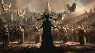 Héla, la déesse de la mort, prête à en découdre avec les armées de de la cité d'Asgard.