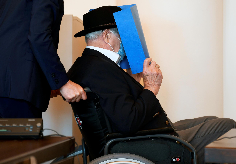 El alemán Bruno D., de 93 años, acusado de ser un guardia de las SS involucrado en el asesinato de miles de prisioneros, muchos de ellos judíos, entre agosto de 1944 y abril de 1945 en el campo de concentración nazi de Stutthof , cerca de Gdansk, Polonia, llega para recibir su veredicto en un tribunal en Hamburgo, Alemania, 23 de julio de 2020.