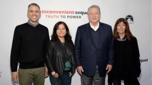 """Les coréalisateurs Jon Shenk et Bonni Cohen, Al Gore et la productrice Diane Weyermann du documentaire """"Une suite qui dérange : le temps de l'action""""."""