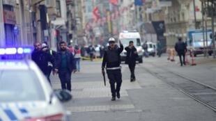 الشرطة التركية تضرب طوقا أمنيا في موقع التفجير في إسطنبول في 19 آذار/مارس 2016