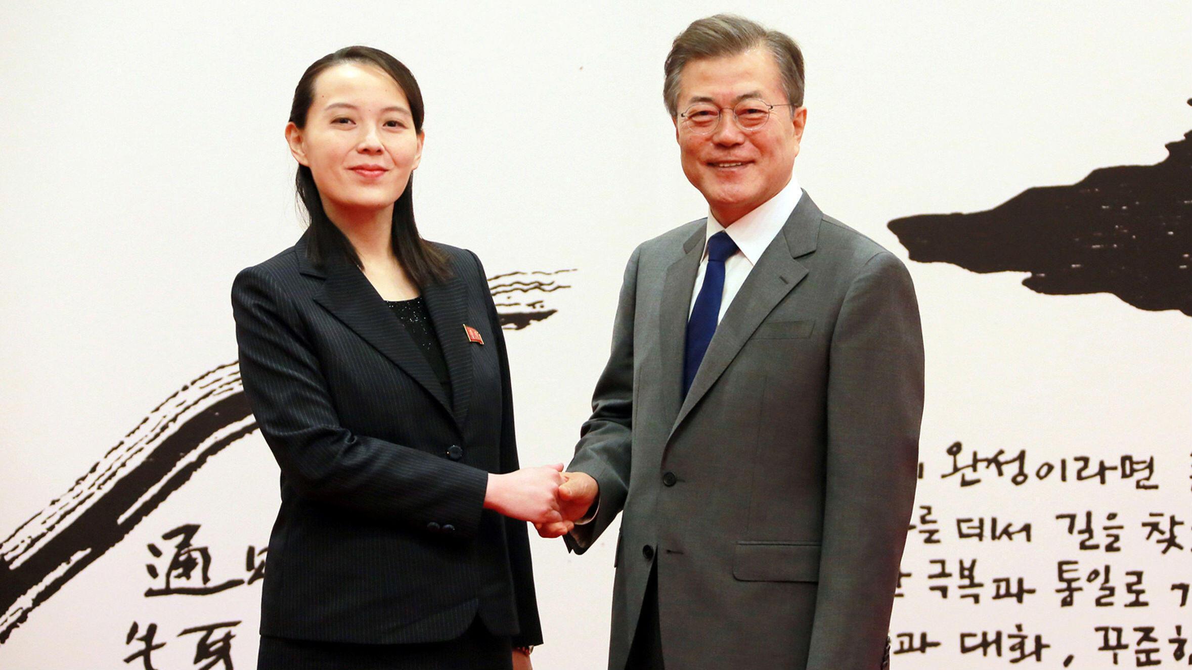 El presidente surcoreano Moon Jae-in estrecha la mano de Kim Yo-jong, hermana del líder norcoreano Kim Jong-un, en Seúl, Corea del Sur, el 10 de febrero de 2018.