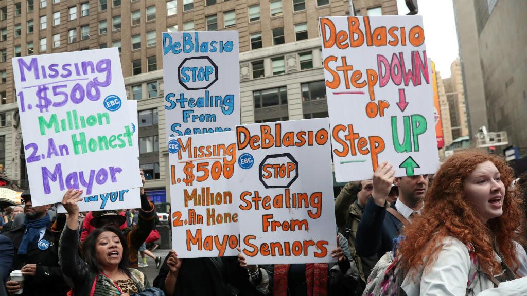 Manifestantes se reúnen fuera del canal ABC, donde el alcalde de Nueva York Bill de Blasio aparecía después de anunciar su candidatura para la presidencia, en Nueva York, EE. UU., el 16 de mayo de 2019.