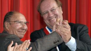 Jean-Pierre Bechter élu maire de Corbeil-Essonnes le 10 octobre 2009 félicité par son prédécesseur Serge Dassault (G), à Corbeil-Essonnes dans l'Essonne