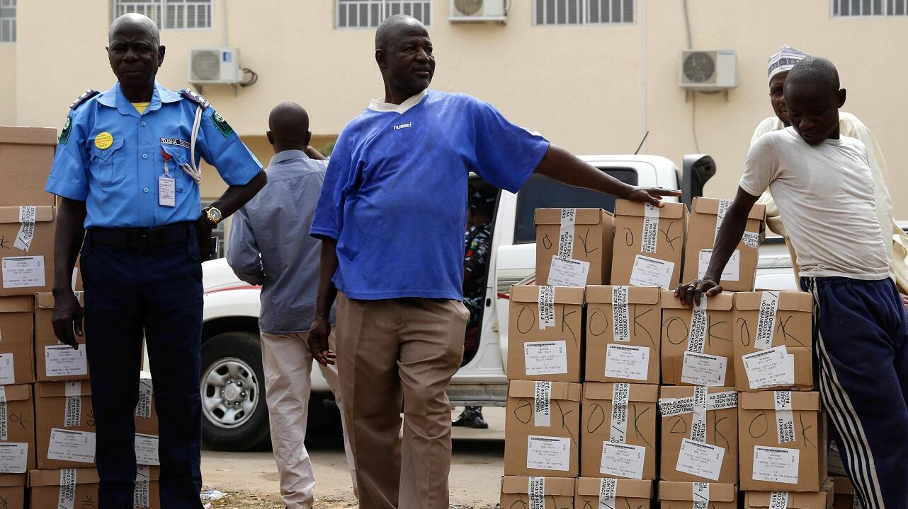 El personal esperaba instrucciones para cargar los materiales electorales en un camión para su distribución en Yola, en el estado de Adamawa, el 15 de febrero de 2019.