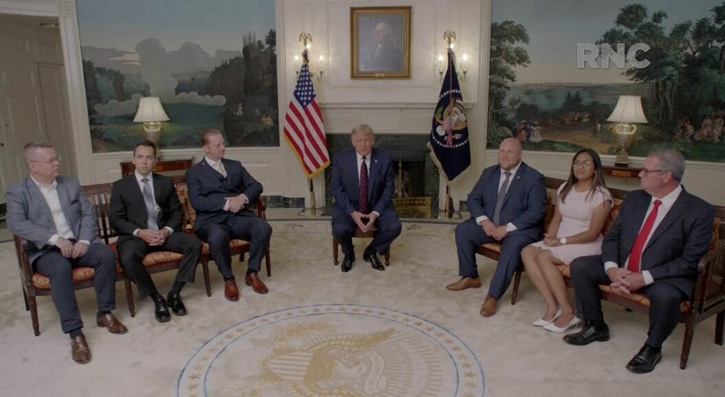 El presidente de Estados Unidos, Donald Trump, reunido con un grupo de personas que estuvieron reunidas en el extranjero, durante un video para la Convención Nacional Republicana, en Washington, EE. UU., el 24 de agosto de 2020.