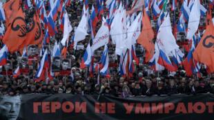 Des dizaines de milliers de manifestants, selon les organisateurs de la marche, ont envahi Moscou dimanche pour rendre hommage à Boris Nemtsov.
