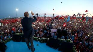Le président turc Recep Tayyip Erdogan s'adresse à la foule réunie, dimanche 7 août, sur la grande esplanade de Yenikapi à Istanbul.