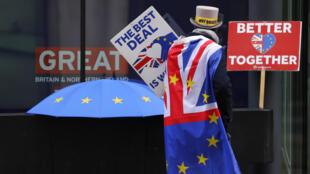 Un manifestant devant le centre de conférence de Westminster, où les négociations entre le Royaume-Uni et l'UE se poursuivent à Londres, le vendredi 4 décembre 2020.