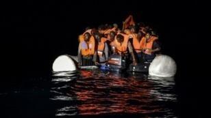 Des migrants attendent d'être secourus, le 5 novembre 2016, au large des côtes libyennes.