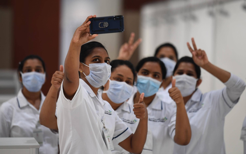 ممرضات يلتقطن صورة في مستشفى ميداني لمرضى فيروس كورونا المستجد في دبي في 14 نيسان/ابريل 2020