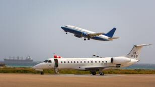 Un avion transportant des policiers somaliens à l'aéroport international de Mogadiscio en janvier 2013