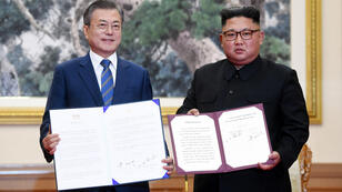 Kim Jong-un serre la main de Moon Jae-in, mercredi 19 septembre 2018 à Pyongyang.