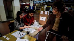 Una mujer se acerca a una mesa electoral este domingo, 27 de octubre de 2019, en un centro de Buenos Aires, Argentina.