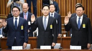 L'héritier présomptif de Samsung Lee Jae-yong (au centre).