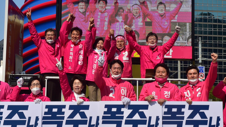 Hwang Kyo-ahn, del Partido del Futuro Unido de Corea del Sur, habla durante un mitin de campaña en Seúl, Corea del Sur, el 12 de abril de 2020.