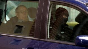 Sur cette photo prise le 29 mai 2008, le tueur en série français Michel Fourniret arrive au palais de justice de Charleville-Mézières.