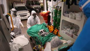 Miembros de un servicio médico de emergencia llegan con un paciente sospechoso de estar infectado con coronavirus, al hospital de Manaos, Brasil, el 5 de mayo de 2020