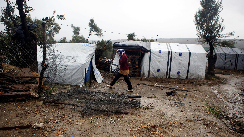 Un migrante camina en un campamento improvisado luego de las lluvias en la isla de Lesbos, Grecia, el 23 de febrero de 2019.